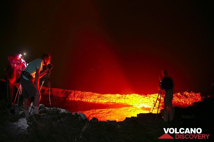 Photographers at work at the lava lake... (Photo: Tom Pfeiffer)
