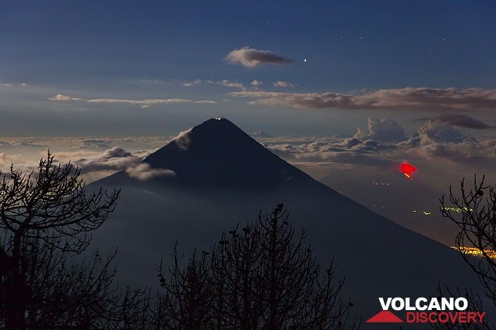 Agua volcano near Antigua, Guatemala, with erupting Pacaya in the right background (Photo: Tom Pfeiffer)