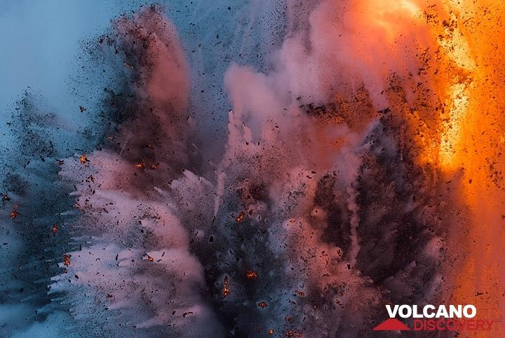 Bouquet of several smaller individual jets of lava fragments and steam. (Photo: Tom Pfeiffer)