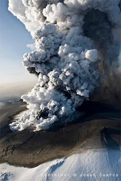 The ash plume generated by Eyafjallajökull's eruption in April 2010. (Photo: Jorge Santos)