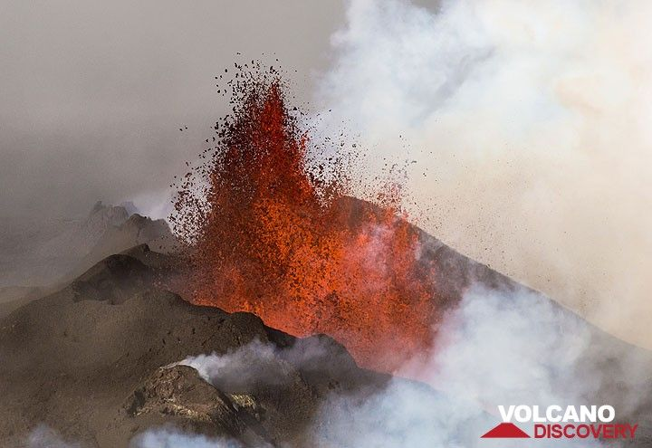 View from the south along erupting Baugur vent with lava fountains and previously active spatter cones in a row behind. (Photo: Tom Pfeiffer)