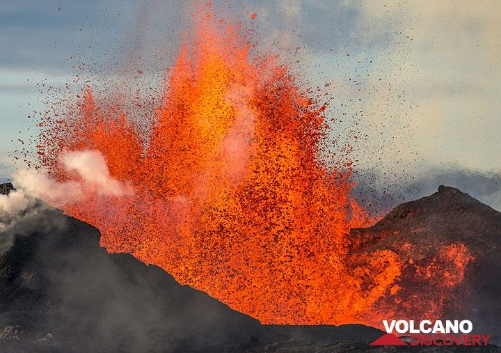 Close-up of the lava fountain, a sustained jet of liquid hot lava ejected from the main vent to heights of 100-200 meters. (Photo: Tom Pfeiffer)