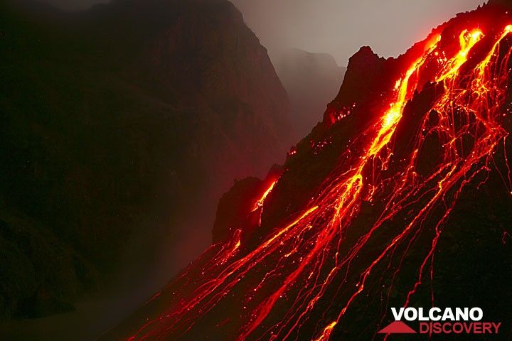 Glowing rock falls from the active lava dome of Kelut volcano (Nov 2007). (c)