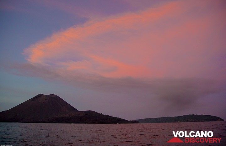 The diffuse gray ash plume from the third eruption drifts far below the now very diffuse plume of the first and second explosion, colored red by the setting sun.  (Photo: Tom Pfeiffer)
