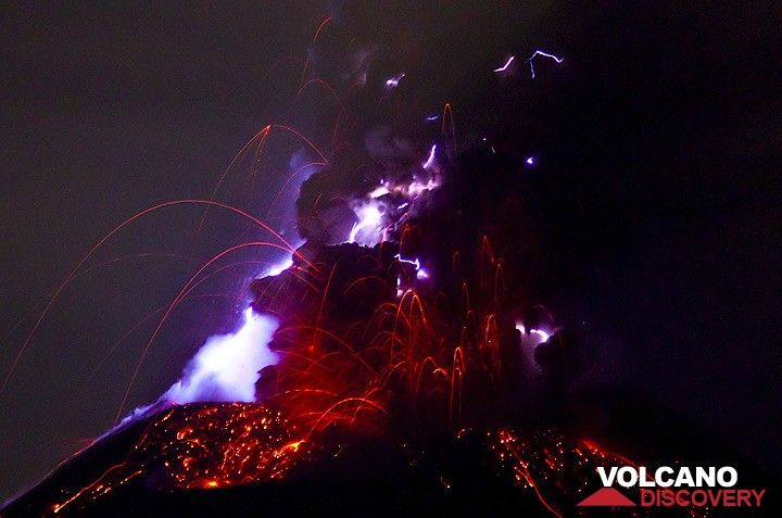 Eruption lightning at Krakatau volcano (Photo: Tom Pfeiffer)