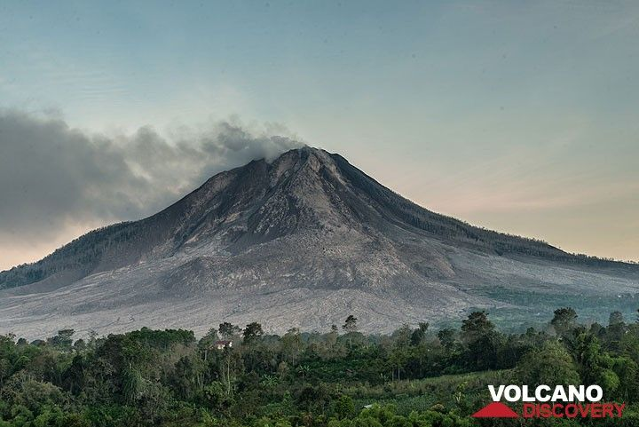 A clear morning view of Sinabung. (Photo: Tom Pfeiffer)