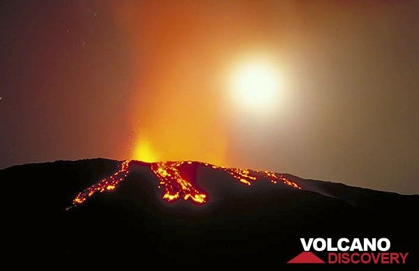 Lava overflowing the western rim of Bocca Nuova, Etna volcano, in Oct 1999 (Photo: Tom Pfeiffer)