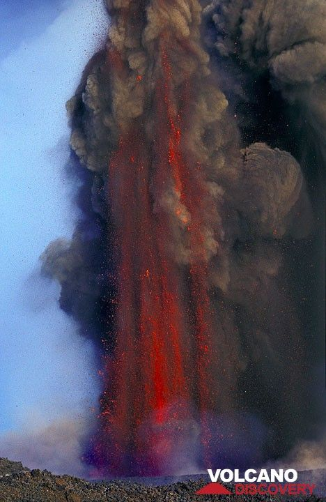 Lava fountain from the 2500 m vent. (Photo: Tom Pfeiffer)
