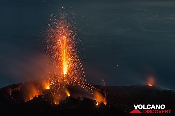 Mild strombolian eruption from the NW hornito and spattering from 3 other vents in the western and central crater. (Photo: Tom Pfeiffer)