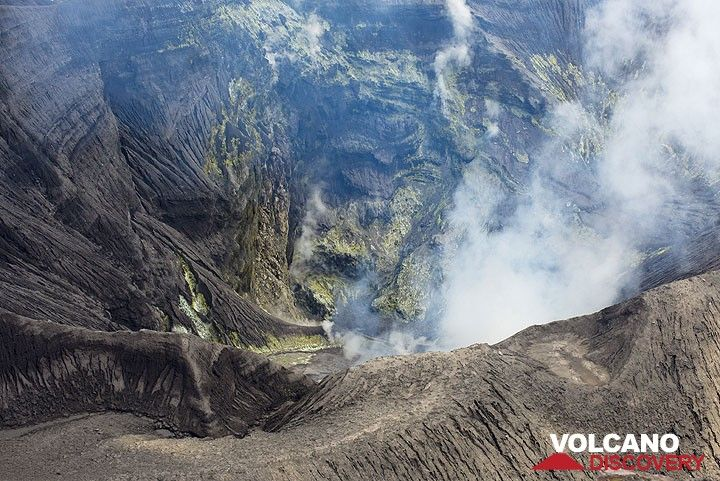 View into the active crater of Suwanosejima volcano (Tokara Islands, Japan) (Photo: Tom Pfeiffer)