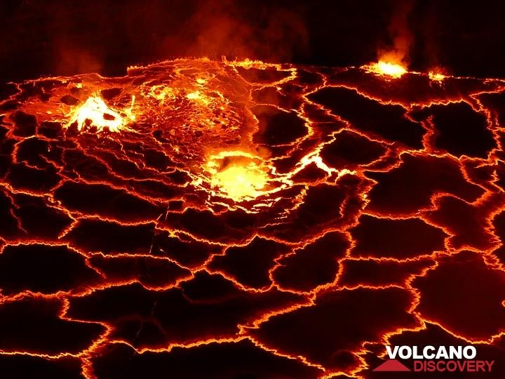 Deeper within the lava lake, gas collects into bubbles that rise to its surface where they explode, tearing apart the overlying thin crust and splashing around drops of hot lava. (Photo: Ingrid Smet)