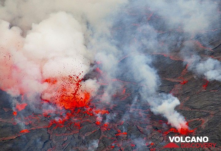 A strong lava fountain is erupting from the lake. (Photo: Tom Pfeiffer)