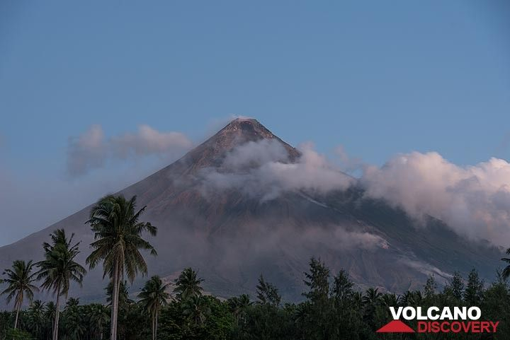 View of Mayon volcano in the morning. (Photo: Tom Pfeiffer)