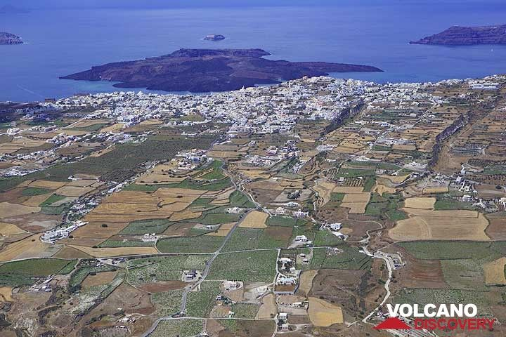 Fira town at the caldera rim and Nea Kameni island behind inside the caldera of Santorini. (Photo: Tom Pfeiffer)