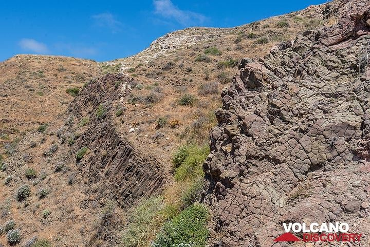In the lower part of the hills, a thick sequence of columnar jointed brown andesitic lavas is exposed, probably a shallow submarine intrusive or extrusive complex. (Photo: Tom Pfeiffer)