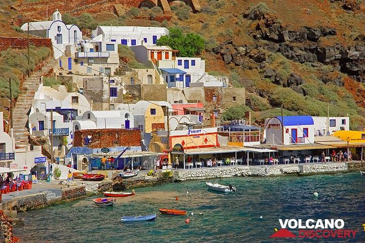 The little fishing port of Amoudi beneath Oia town. (Photo: Tom Pfeiffer)