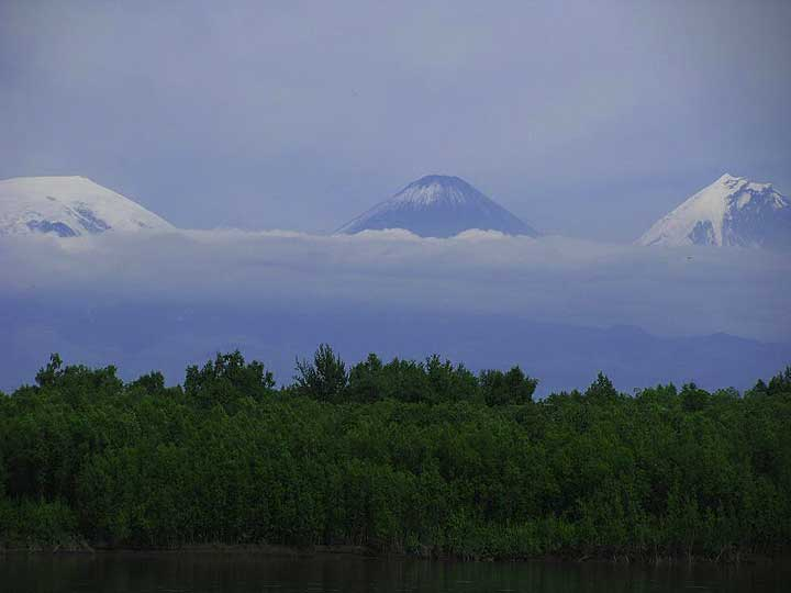 First glance at Kluchevskoy volcano (center) and Kamen volcano (right); Ushkovsky volcano to the left from afar (Photo: Anastasia)