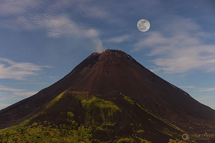 Full moon above Soputan volcano (Photo: Thomas Spinner)