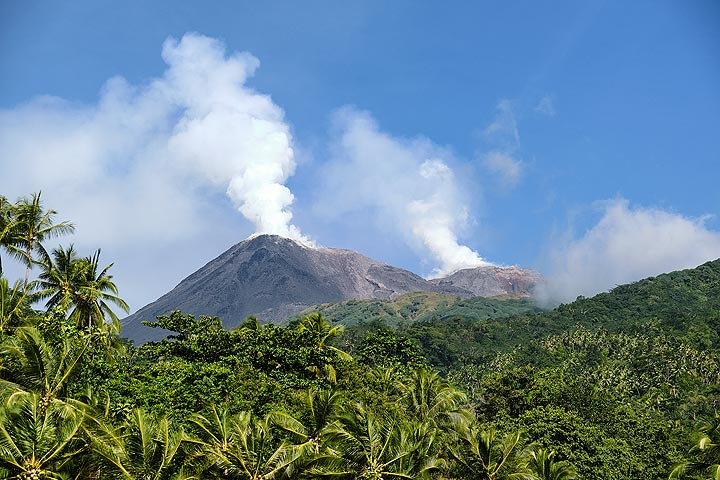 Steam plumes from the north (l) and south (r) craters of Karangetang volcano. (Photo: Thomas Spinner)