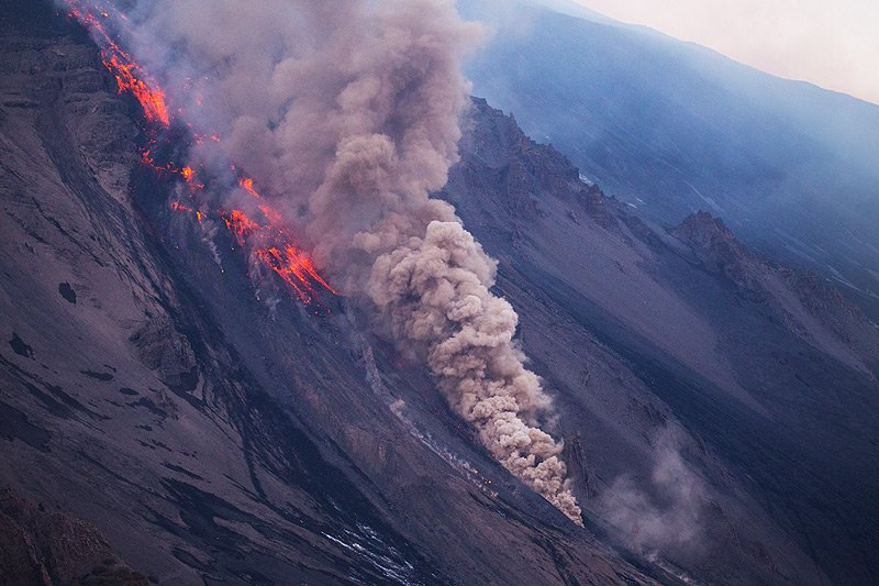 A smaller pyroclastic flow forms at the flow front, which is highly unstable and prone to collapses, helped also by explosive interaction with patches of snow. (Photo: Emanuela / VolcanoDiscovery Italia)