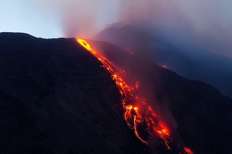 Lava flow into the Valle del Bove at dusk (Photo: Emanuela / VolcanoDiscovery Italia)