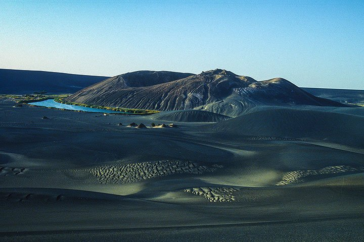 Young cinder cone at Wau-an-Namus in the Lybian desert (Photo: Uwe Ehlers / geoart.eu)