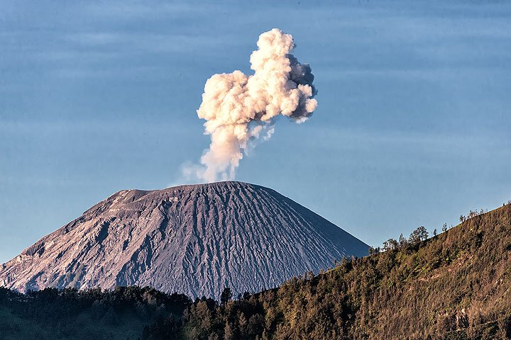 Small strombolian eruption at Semeru leaving ash plume. (Photo: Uwe Ehlers / geoart.eu)