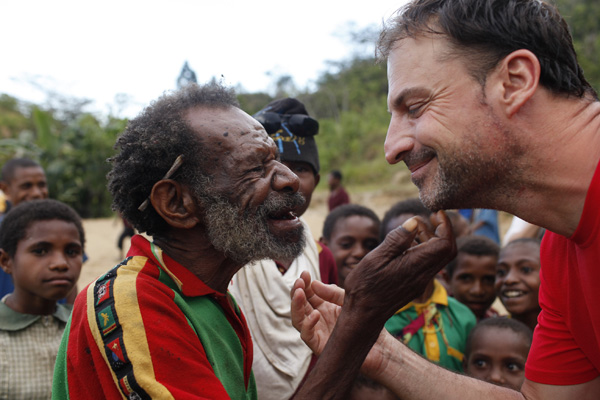 Village Chief Gemtasu greets Axel with the traditional Anga greeting. (Photo: ulla)
