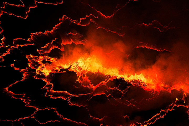 Fissure-shaped degassing fountain on the lava lake surface. (Photo: Yashmin Chebli)