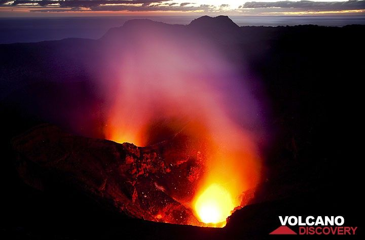 Eruption at Yasur at dawn (Photo: Tom Pfeiffer)