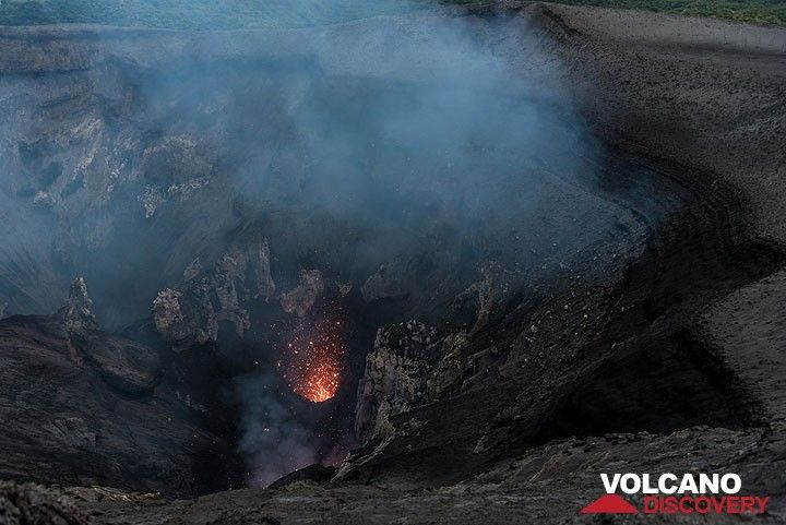 Small eruption from the main vent in the south crater of Yasur volcano. (Photo: Tom Pfeiffer)