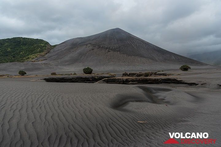 Yasur volcano and ripples of the sand sea. (Photo: Tom Pfeiffer)